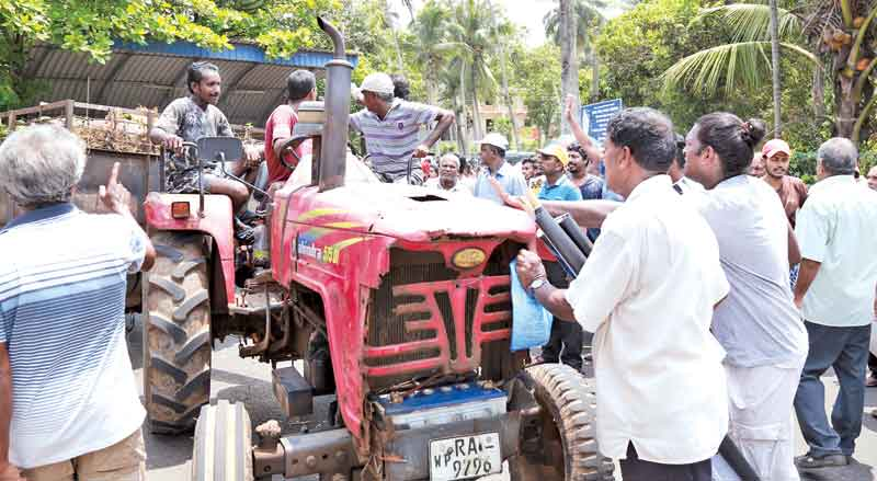 Karadiyana bound garbage tractors turned back by angry crowds