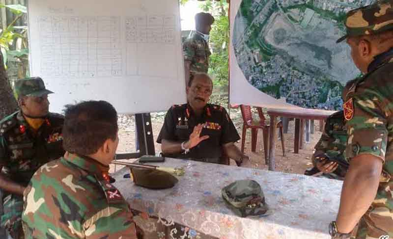 Army chief shares meals with Meethotamulla rescue troops