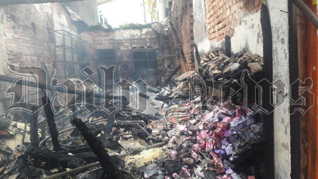 Fire in Kahawaththa: textile shop destroyed