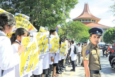 Protesting against SAITM. Picture by Saman Sri Wedage