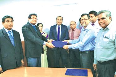 MBSL and Finance CEO T. Mutugala and Ceylon Bank Employees' Union President S.P Jayarathna exchanging the agreement. MBSL and Finance Chairman Dr. Sujeewa Lokuhewa and HR Assistant General Manager Dhammika Guanawardhana and Ceylon Bank Employees' Union General Secretary A.K. Bandara look on.