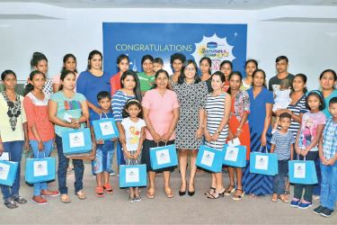 The 24 winners with their family and Unilever Sri Lanka Vaseline Brand Manager Vidhushi Rambukwella at the awards ceremony.