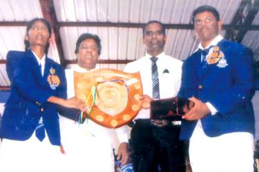 Annual Inter-House sports meet of Wadduwa Central College Oveerall Sports championship was won by Tissa House, Amashi Dilrukshi and Sithum receiving the championship. Trophy from Kalutara District Parliamentarian and old boy of Waduwa Central College Jayantha Smaraweera and the Principal S.D.N. Gunaratne. Kalutara Central special Corr.  H.L. Sunil Shantha