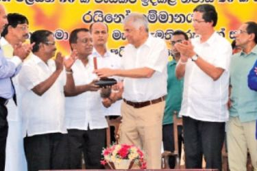 Rhino Roofing Products Managing Director, Jayaseelan Gnanam, receives a token of appreciation from Prime Minister Ranil Wickremesinghe.