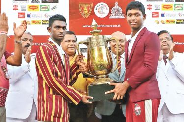 Ananda captain Kavishka Anjula and Nalanda captain Dasun Seneviratne share the P de S Kularatne memorial trophy after the match had ended in a draw.