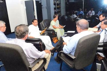Health Minister Dr. Rajitha Senaratne and former President Chandrika Bandaranaike Kumaratunge in the discussion with health officials.