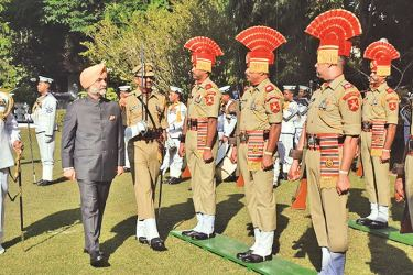 High Commissioner inspecting the Guard of Honour