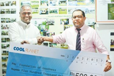 Founder of the Foundation of Goodness Kushil Gunasekara accepts the pledge from CEO of Cool Planet Rizwi Thaha.
