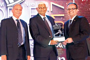 Ceylinco Life Managing Director and CEO R. Renganathan and the company's Director and Deputy CEO Thushara Ranasinghe, receiving the Peoples Life Insurance Brand of the Year award.