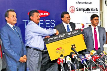 Janashakthi Insurance sponsorship cheque being handed over to the organizers of the Raigam Tele'es.