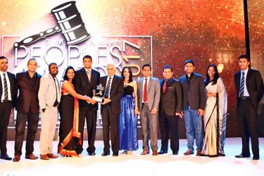Unilever Sri Lanka team collecting the 'FMCG Brand of the Year' award for Vim at the SLIM Nielsen People's Awards.