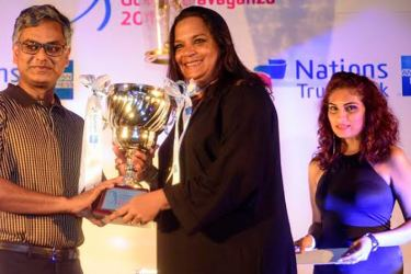 The winner Anusha Senadhira receiving the Nations Trust Bank Amercian Express Challenge Trophy from Nations Trust Bank chairman Krishan Balendra