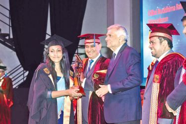 Prime Minister Ranil Wickremesinghe awarding the Best Overall Performance BSc in Engineering (Hons) Degree in Electrical and Electronic Engineering of the SLIIT to D B R Weerakoon.