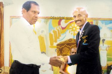 Chandana Hathurusinghe recei ving a memento from Kalutara District Secretary U.D.C. Jayalal,