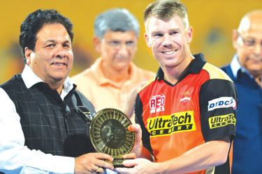 Indian Premier League chairman Rajeev Shukla (left) presents an award to Sunrise Hyderabad captain David Warner after the 2016 IPL final against Royal Challengers Bangalore at Bengalaru. AFP