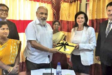 Northern Province Chief Minister C.V. Vigneswaran presenting an award to Australian Minister for International Development and the Pacific Concetta Fierravanti-Wells.