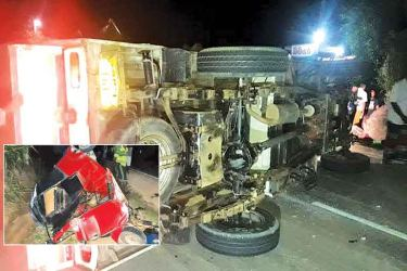 The toppled cab. Pictures by Thennakoon bandara – Moneragala Daily News corrr.