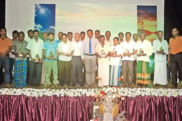 The outstanding farmers posing with the CIC team and chief guests at the felicitation ceremony.