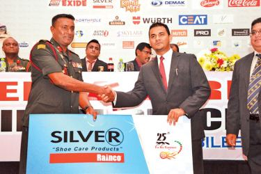 Officials exchanging the sponsorship cheque.