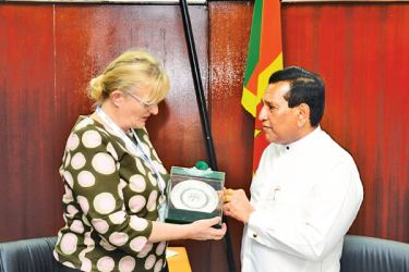 ​Health Minister Dr. Rajitha Senaratne presenting a token of appreciation to Finland Social Services and Health Minister Pirkko Mattila.