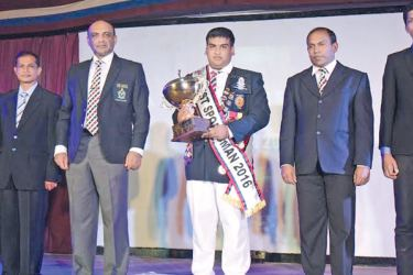 Best all-round student C.C. Weerasinghe holding the trophy with the Chief Guest, Air Vice Marshal H.M.S.K.B. Kotakadeniya (third from left). St.Sylvester's College Principal Ranil Meetiyagoda, POG Thusitha Pallekumbura and two staff members are also present.