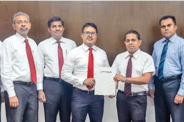Vipula Dharmapala, CEO and Director, InsureMe.lk and Rajendra Ranasinghe, Assistant General Manager New IT Business Development, Sampath Bank together with the InsureMe.lk Directors and Sampath Bank Electronic Banking Team exchanging agreement.