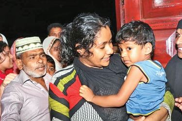 The kidnapped child with his mother after being found