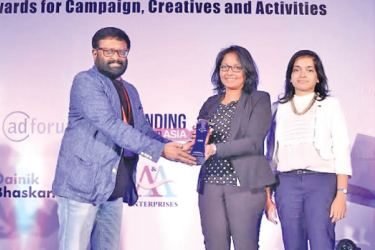 Mobitel Manager Product Service Innovation, Gayangi Karunaratne and Mobitel Brand Manager, Avanthi Liyanage receiving the award for the innovative Loyalty Programme 'MobitelCash Bonanza Montero Extravaganza' from UTI AMC Limited Head - Online and Alternate Channels, Kaushik Chakraborty.