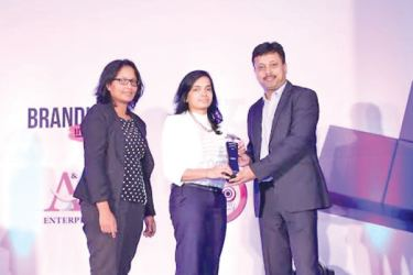 The digital fellow.Com Chief Digital Officer, Subhobroto Chakroborty presenting the award for the Television Innovation category for 'KotiyakWatinaAdahasak' to Mobitel Product Service Innovation Manager Gayangi Karunaratne and Mobitel Brand Manager, Avanthi Liyanage.