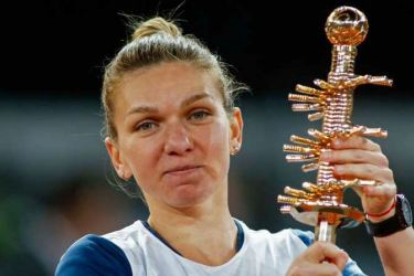 Simona Halep with her trophy after winning the Madrid Open