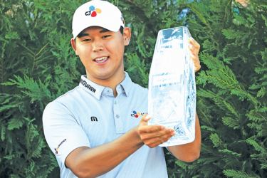 Si Woo Kim of South Korea celebrates with the winner's trophy after the final round of THE PLAYERS Championship at the Stadium course at TPC Sawgrass on May 14, 2017 in Ponte Vedra Beach, Florida. AFP