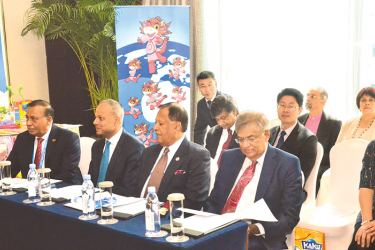 Prime Minister Ranil Wickremesinghe and members of his delegation along with representatives of the Beijing KAKU Media.