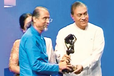 ITN Chairman Saman Athaudahetti receiving an award from Speaker Karu Jayasuriya.