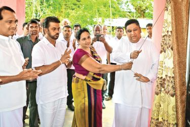 Uva Provincial Chief Minister Chamara Sampath Dasanayake  and Sustainable Development and Wildlife Deputy Minister Sumedha G. Jayasena unveiling the plaque