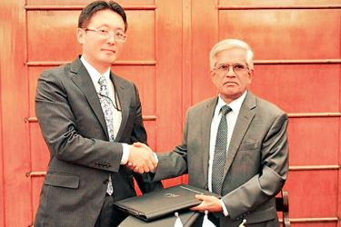Finance and Mass Media Ministry Secretary Dr. R. H. S. Samaratunga exchanging the agreement with JICA Chief Representative of Sri Lanka Office Fusato Tanaka.