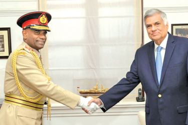Army Commander Lieutenant General Mahesh Senanayake shaking hands with Prime Minister Ranil Wickremesinghe at Temple Trees