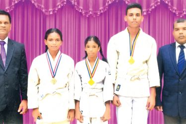 The Principal and the Medal winners with the Master in Charge cum Coach – (Standing left to right) – S. Deepal S. Mendis (Principal), M. A. Surenika Sewmali Fernando, W. Dilakshi Navodya Soysa, N. Tharindu Prasad Fernando, W. W. Dinesh Prasanga (MIC cum Coach) – (Dilwin Mendis Moratuwa Sports Special Correspondent)
