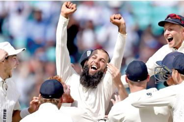 England's Moeen Ali (C) and England cricketers celebrate victory on the fifth and final day of the third Test match between England and South Africa at The Oval cricket ground in London on July 31. AFP