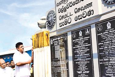 Housing and Construction Minister Sajith Pramadasa unveiling the plaque.  Picture by Ashraff A. Samad, Dehiwala-Mount Lavinia Special Corr.