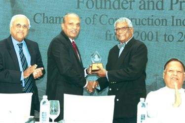 Eng. Incoming CCI President, Rajith Gunatilleke handing over memento to outgoing President Dr. Surath Wickramasinghe. Minister of Special Assignments, Dr. Sarath Amunugama and CCI CEO Eng. Nissanka Wijeratne at the event.