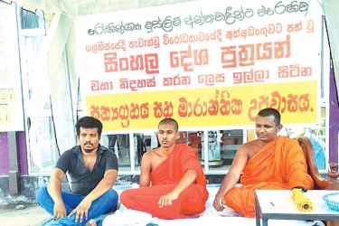 The two Bhikkhus and the layman staging the satyagraha under a tent opposite the Hettipola bus stand. Picture by Kurunegala additional corr.