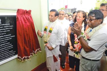 Health Minister Dr. Rajitha Senaratne unveiling the plaque of the new MOH office while Health Deputy Minister Faizal Cassim, Acting Director General of Heath Services Dr. Jayasundara Bandara, Global Fund representatives and others look on.