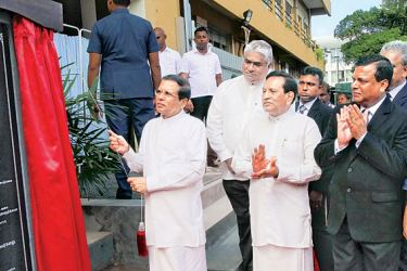 President Maithripala Sirisena unveiling the plaque of the new unit, while Health Minister Dr. Rajitha Senaratne, Deputy Health Minister Fizal Cassim, doctors and officials look on.