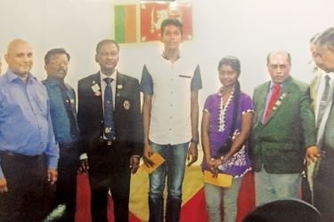 Ashani Kavindiya and Janidu Lakwijaya with Lions members.  Picture by Mahanama Vithanage, Malwana group Corr.