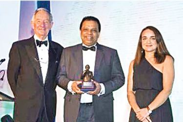 HNB Managing Director, CEO Jonathan Alles with the Bracken award, with Asia Editor of The Banker (right) and former BBC journalist Michael Buerk, the host of the awards ceremony (left)