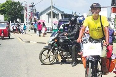 Tapar Kumar Das cyling through Matara. (Picture by Priyan De Silva.)