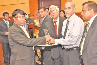 Dr. Sumith Abeysiriwardena - Senior Research Consultant, receiving the award from Dr. Gerry Jayawardena - Chairman, SLCARP, D.V. Bandulasena - State Secretary, Ministry of Agriculture and B. Wijayaratne - Secretary, Ministry of Agriculture