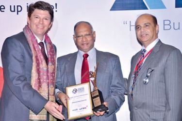 Dr Dan Seevaratnam receiving the award.