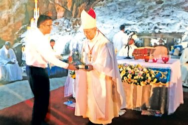 Philanthropist Rohan de Silva receives a memento from Archbishop Malcolm, Cardinal Ranjith. Picture by Joseph Pius, Wattala Special Corr.