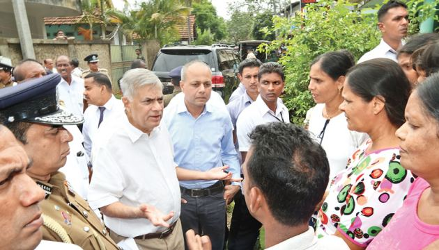 Prime Minister Ranil Wickremesinghe went on a fact finding tour of Gintota and the surrounding areas yesterday morning. Home Affairs Minister Vajira Abeywardene, Law and Order and Southern Development Minister and Prime Minister's Chief of Staff Sagala Ratnayaka, Parliamentarian Wijepala Hettiarachchi, IGP Pujith Jayasundera and several other security officials were also present. (Picture courtesy Prime Minister's Media)